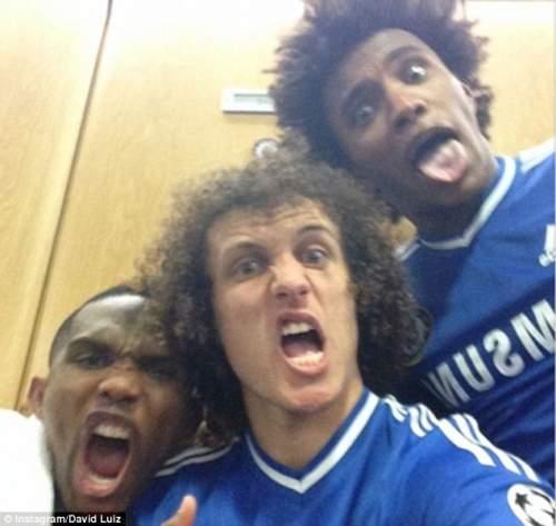 Все улыбаются: Давид Луис, Виллиан и Самуэль Это'О праздновать после победы на Стэмфорд Бридж