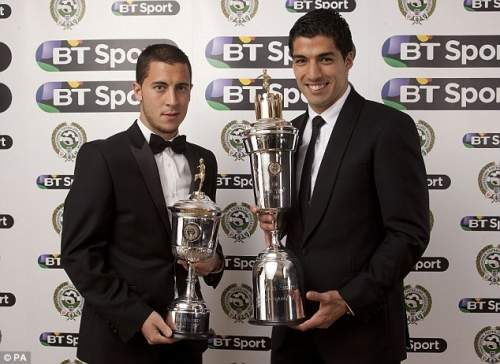 Все улыбаются: Суарес позирует с Челси Эден Хазард, который черпал награду за молодого игрока года