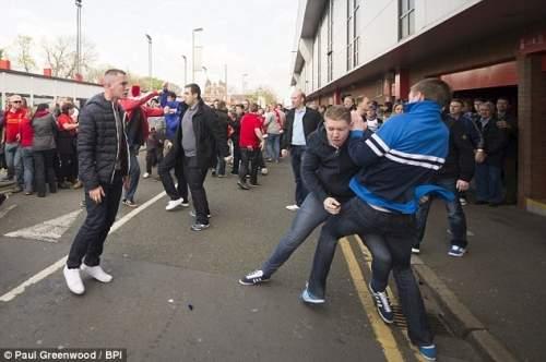 Scuffle: Сторонники столкнулись после Ливерпуль вентиляторов сообщается, исключение песнопений о Стивен Джеррард