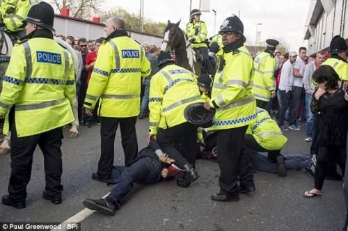 Проблема: полиции пришлось сдерживать болельщиков после вещи были нагревается, как болельщики покинули стадион