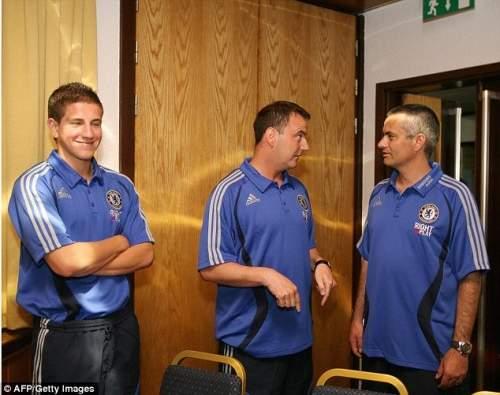 Наставник: Молодой Хатчинсон (слева) получал советы от тренера академии Нила Бата (в центре)
