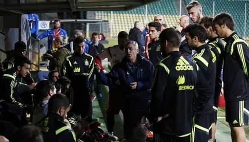 Los jugadores de la selección española durante la charla con Ángel María Villar / Pablo García