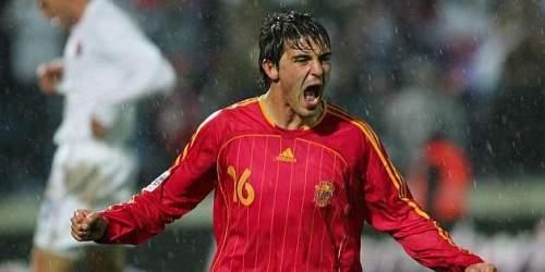 Давид Вилья празднует забитый гол в Словакии в 2005 году, первый из его 59 в Испании / Пабло Гарсия